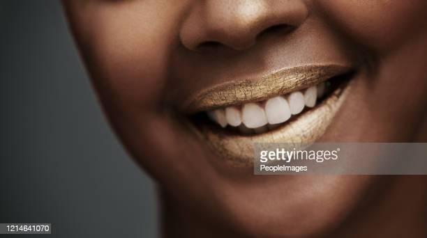 tu sonrisa vale más que el oro - boca humana fotografías e imágenes de stock