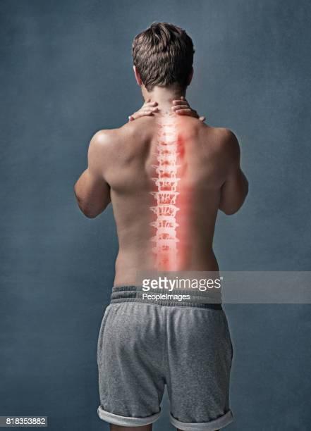 u bent slechts zo jong als je rug flexibel is - menselijke rug stockfoto's en -beelden