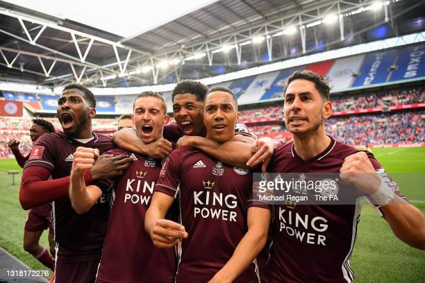 Youri Tielemans of Leicester City celebrates with team mates Ayoze Perez, Wesley Fofana, Timothy Castagne and Kelechi Iheanacho after scoring their...