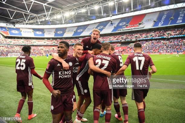 Youri Tielemans of Leicester City celebrates with team mates Marc Albrighton, Wilfred Ndidi, Jamie Vardy, Luke Thomas, Ayoze Perez, Wesley Fofana,...