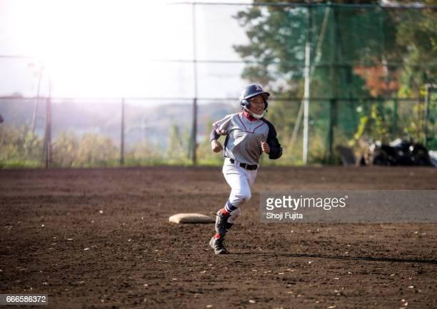 youth baseball players, base-running - スポーツユニフォーム ストックフォトと画像