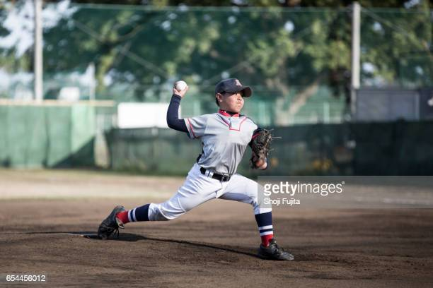 youth baseball players, pitcher - pitcher stockfoto's en -beelden