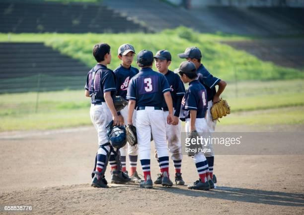 youth baseball players, teammates - 野球チーム ストックフォトと画像