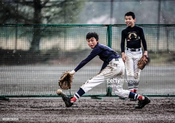 youth baseball players,defensive practice - スポーツ用語 ストックフォトと画像