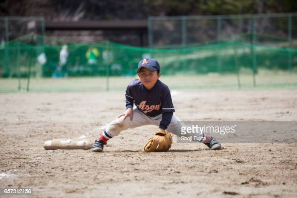 youth baseball players,defensive practice - キャッチャーミット ストックフォトと画像