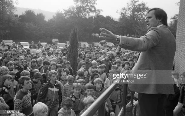 ABBEY BUCKINGHAMSHIRE OCTOBER 10TH 1985 Youth Development Officer Gwyn Williams speaks to the children during the Chelsea Funday at Bisham Abbey on...