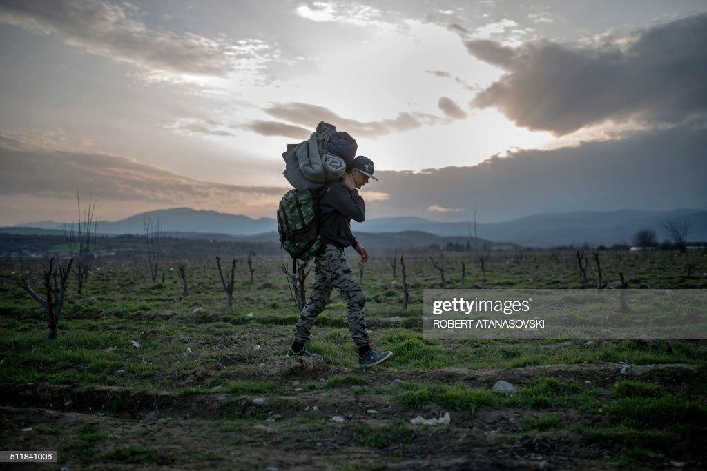 TOPSHOT-MACEDONIA-GREECE-EUROPE-MIGRANTS : News Photo