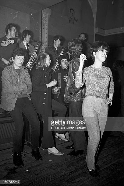 Youth Population The Beatniks En France à Paris le 7 avril 1966 lors d'un reportage sur la jeunesse et le mouvement des Beatniks des jeunes gens...