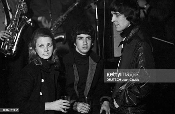 Youth Population The Beatniks En France à Paris le 7 avril 1966 lors d'un reportage sur la jeunesse et le mouvement des Beatniks deux jeunes hommes...