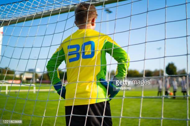 jeugd pro league sport, achteraanzicht van doelman - jeugdsportcompetitie stockfoto's en -beelden