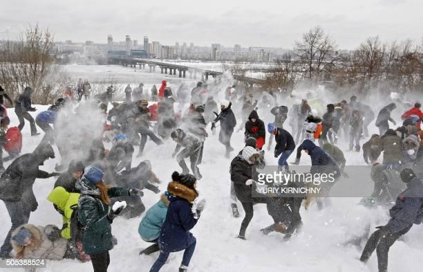 Youth take part in a snow battle in Kiev on January 17 2016 / AFP / YURIY KIRNICHNY