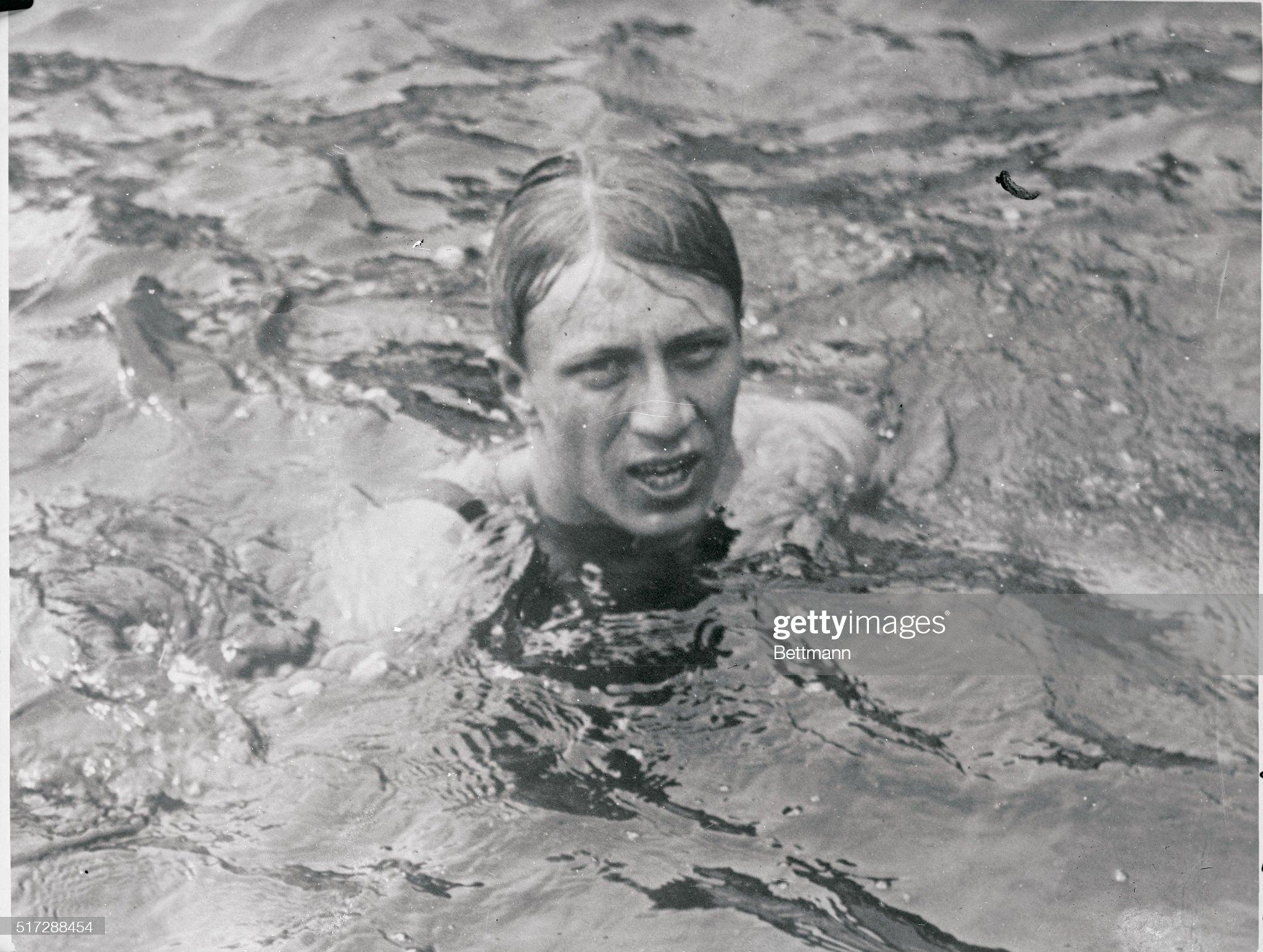 Swimmer Surfacing In Water : Fotografía de noticias