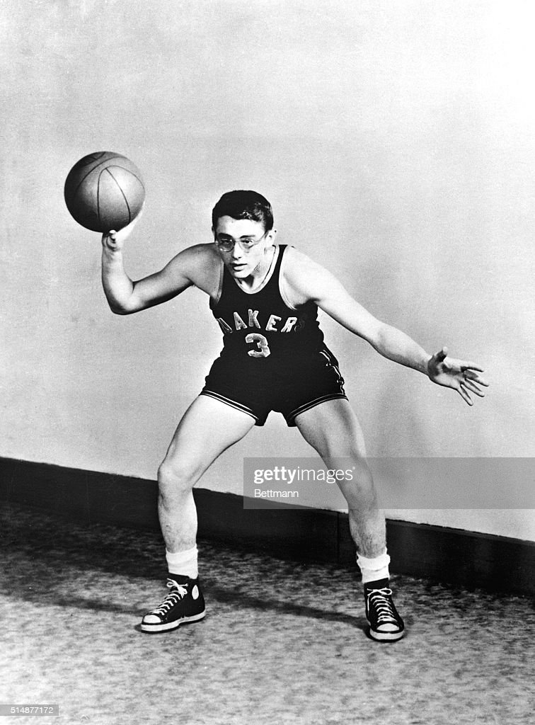 James Dean Playing Basketball : News Photo