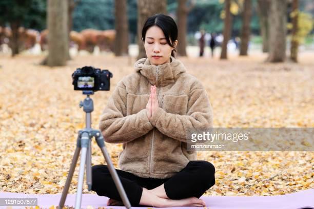 カメラの前でヨガを教えるユーチューバー - 三脚 ストックフォトと画像