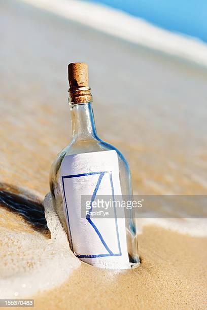 Sie haben Post! E-Mail-Symbol Nachricht in der Flasche am Strand