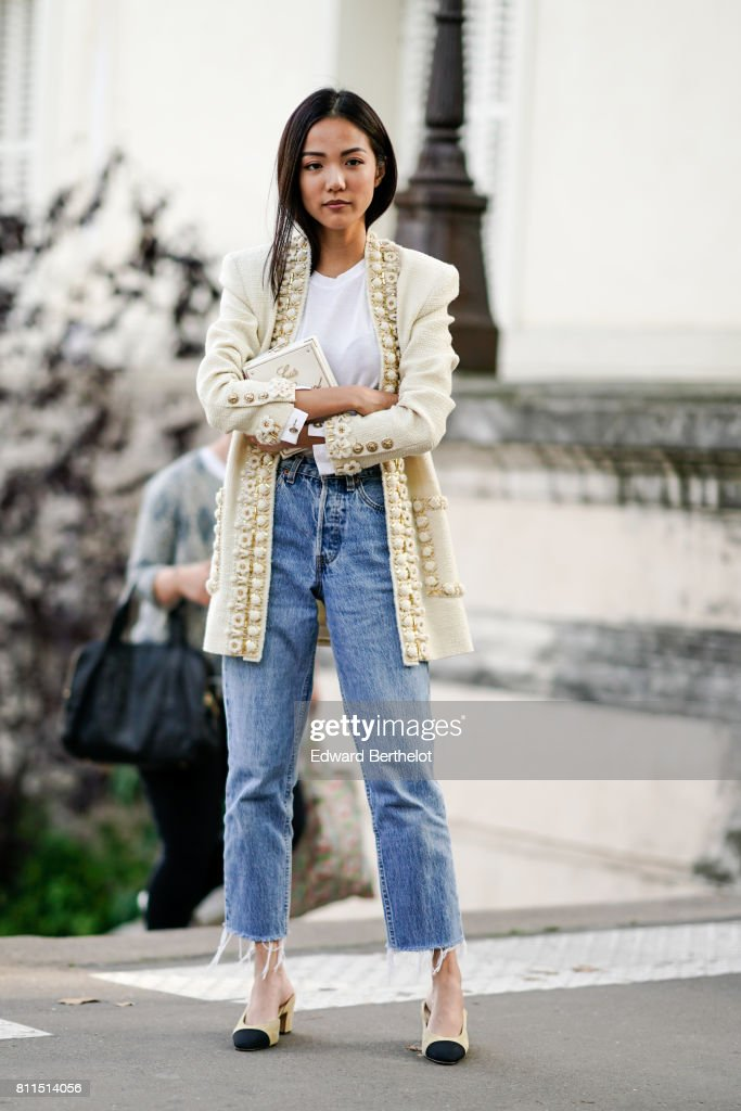Street Style - Paris Fashion Week - Haute Couture Fall/Winter 2017-2018 : Day Three : News Photo