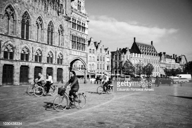 ypres city hall - 西フランダース ストックフォトと画像