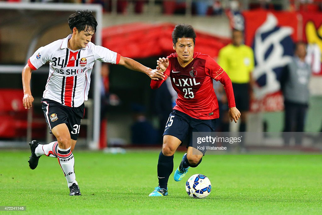 Yssushi Endo #25 of Kashima Antlers and Park Yongwoo #34 of FC Seoul compete for the ball during the AFC Champions League Group H match between Kashima Antlers and FC Seoul at Kashima Stadium on May 5, 2015 in Kashima, Japan.