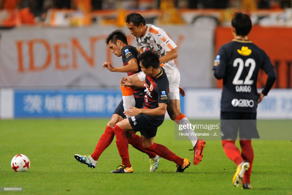 Yu Hasegawa of Shimizu S-Pulse competes for the ball against Gen Shoji and Kento Misao of Kashima Antlers during the J.League J1 match between Kashima Antlers and Shimizu S-Pulse at Kashima Soccer Stadium on August 19, 2017 in Kashima, Ibaraki, Japan.