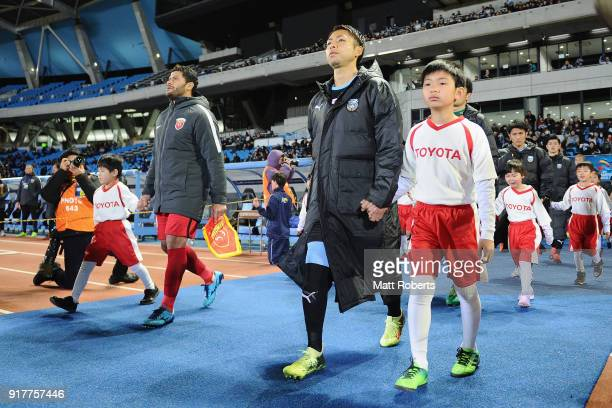 Yu Kobayashi of Kawasaki Frontale and Hulk of Shanghai SIPG lead their teams prior to the AFC Champions League Group F match between Kawasaki...