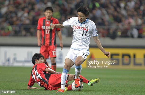 Yu Kobayashi of Kawasaki Frontale compete for the ball with Yun IlLok of FC Seoul during the AFC Champions League Round of 16 match between FC Seoul...
