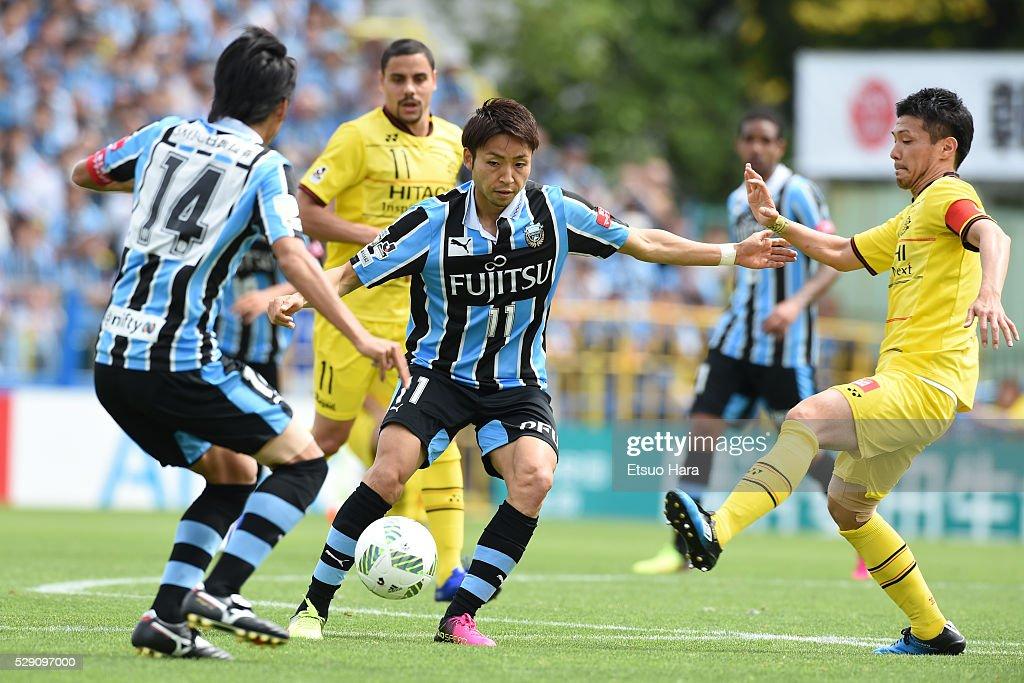 Yu Kobayashi of Kawasaki Frontale#11 in action during the J.League match between Kashiwa Reysol and Kawasaki Frontale on May 08, 2016 in Kashiwa, Chiba,Japan.
