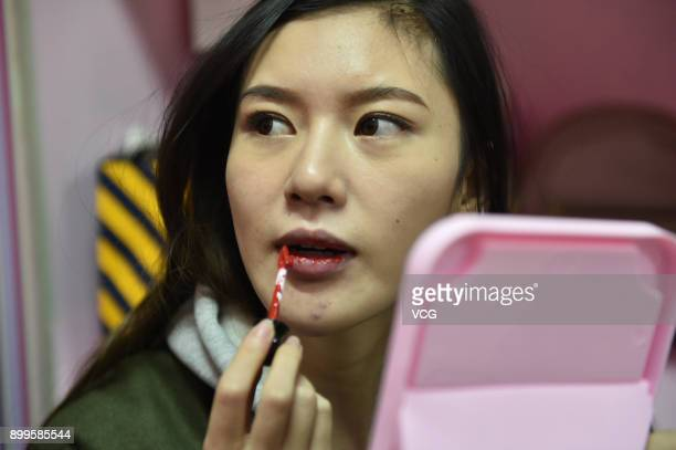 Yu Linghan does makeup on December 23 2017 in Chengdu Sichuan Province of China 20yearold Chinese girl Yu Linghan together with her teammates of...