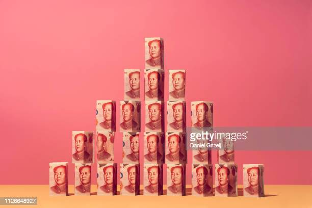 yuan money notes placed in a pyramid structure - mao tsé toung stockfoto's en -beelden