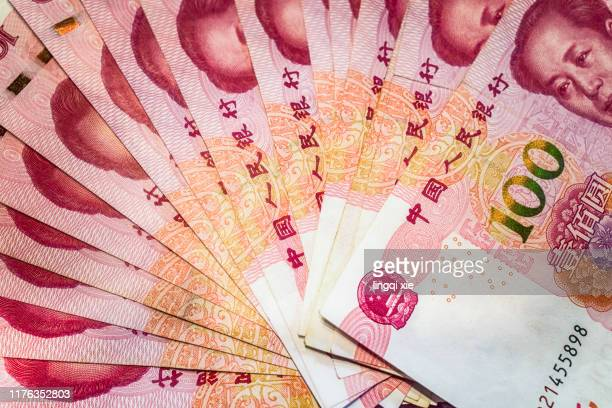 100 yuan renminbi arranged in a fan shape - mao tsé toung stockfoto's en -beelden