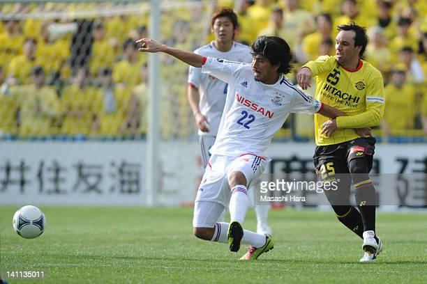 Yuji Nakazawa of Yokohama F.Marinos and Ricardo Lobo of Kashiwa Reysol compete for the ball during the J.League match between Kashiwa Reysol and...