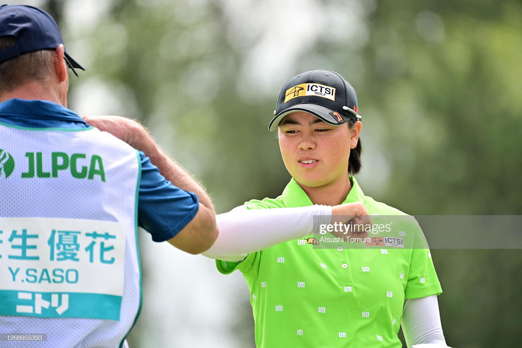 https://media.gettyimages.com/photos/yuka-saso-of-japan-elbow-bumps-with-her-caddie-after-holing-out-on-picture-id1268955393?s=2048x2048