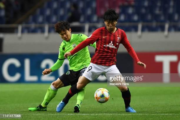 Yuki Muto of Urawa Red Diamonds controls the ball under pressure of Kim Jinsu of Jeonbuk Hyundai Motors during the AFC Champions League Group G match...