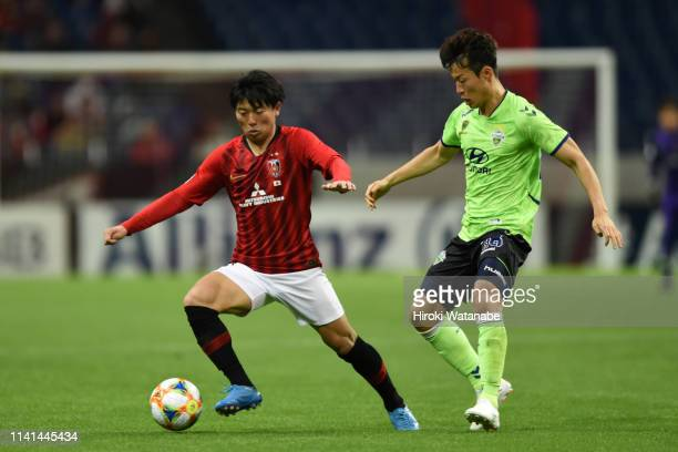 Yuki Muto of Urawa Red Diamonds controls the ball under pressure of Son Junho of Jeonbuk Hyundai Motors during the AFC Champions League Group G match...
