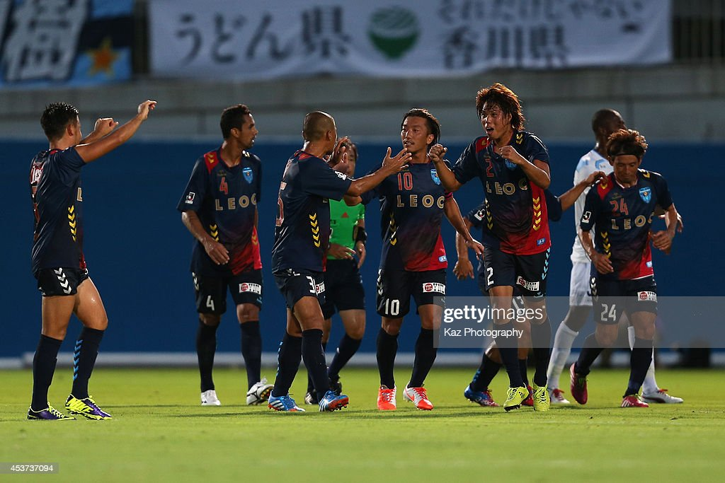 Yokohama F.C. v Kamatamare Sanuki - J.League 2 2014 : Foto jornalística