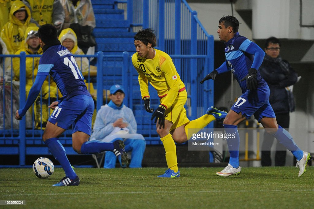 Yuki Otsu #10 of Kashiwa Reysol in action during the AFC Champions League playoff round match between Kashiwa Reysol and Chonburi FC at Hitachi Kashiwa Soccer Stadium on February 17, 2015 in Kashiwa, Japan.