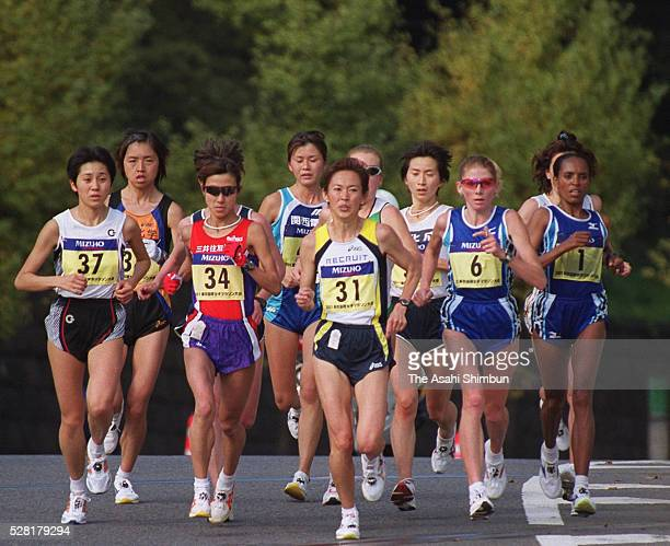 Yuko Arimori of Japan leads the pack during the Tokyo International Women's Marathon on November 18 2001 in Tokyo Japan