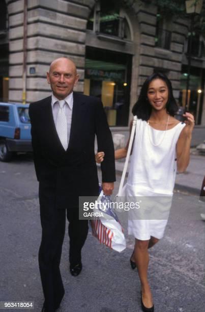 Yul Brynner et sa femme Kathy Lee au début des années 80 à Paris, France.