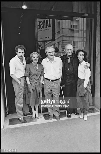 Yul Brynner his wife Kathy Lee and paintere Aline Jansen in Paris 1983