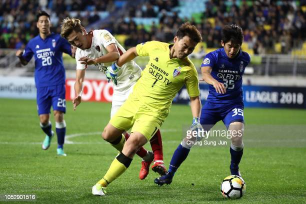 Yuma Suzuki of Kashima Antlers competes for the ball with Shin HwaYong of Suwon Samsung Bluewings during the AFC Champions League semi final second...