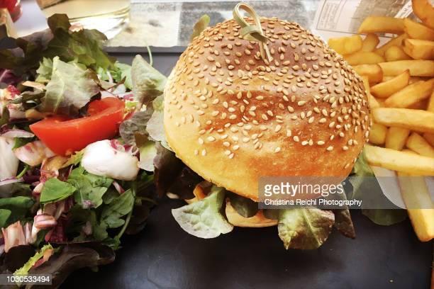 yummy burger with best organic ingredients - christina grosse stock-fotos und bilder