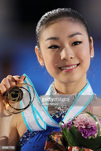 YuNa Kim of Korea poses with her medal after winning the Ladies Free Skating on the day three of ISU Grand Prix of Figure Skating Final at Yoyogi...