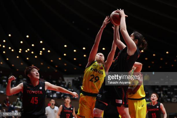 Yunika Nakamura of ENEOS Sunflowers contests a rebound with Moeko Nagaoka of Toyota Antelopes during the 87th Basketball Empress's Cup final between...