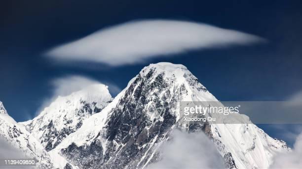 yunnan meri snow mountain at dusk - shangri la stockfoto's en -beelden
