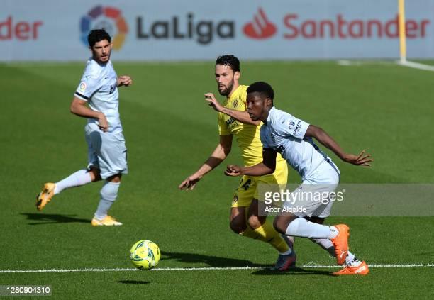 Yunus Musah of Valencia and Alfonso Pedraza of Villarreal battle for the ball during the La Liga Santander match between Villarreal CF and Valencia...