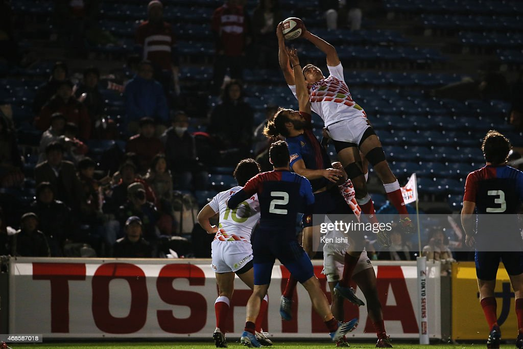 Yusaku Kuwazuru #3 of Japan catches a ball in the game between France and Japan during day one of the Tokyo Sevens Rugby 2015 on April 4, 2015 in Tokyo, Japan.