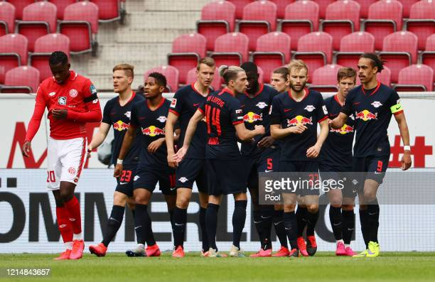 Yussuf Poulsen of RB Leipzig celebrates with team mates after scoring their second goal during the Bundesliga match between 1. FSV Mainz 05 and RB...
