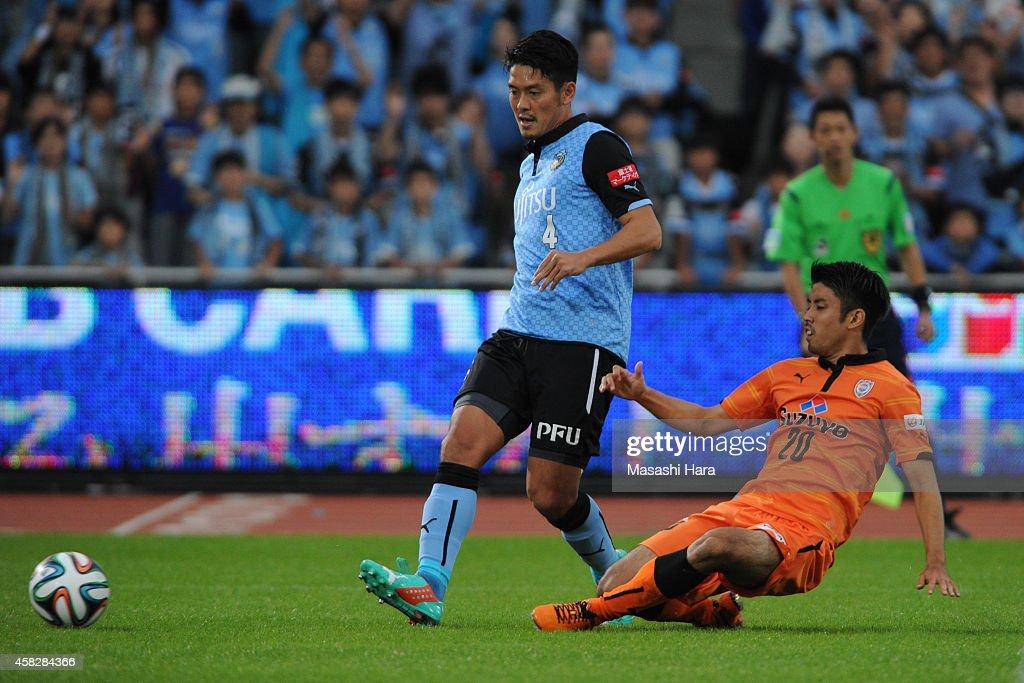 Yusuke Igawa #4 of Kawasaki Frontale in action during the J.League match between Kawasaki Frontale and Shimzu S-Pulse at Todoroki Stadium on November 2, 2014 in Kawasaki, Kanagawa, Japan.