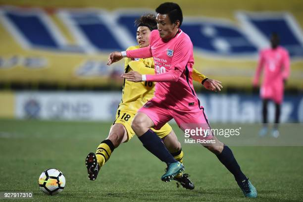 Yusuke Segawa of Kashiwa Reysol competes for the ball against Bongjin Kim of Kitchee SC during the AFC Champions League Group E match between Kashiwa...