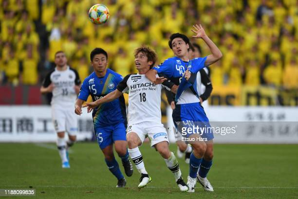Yusuke Segawa of Kashiwa Reysol controls the ball under pressure from Yuki Kobayashi and Yudai Inoue of Machida Zelvia during the JLeague J2 match...