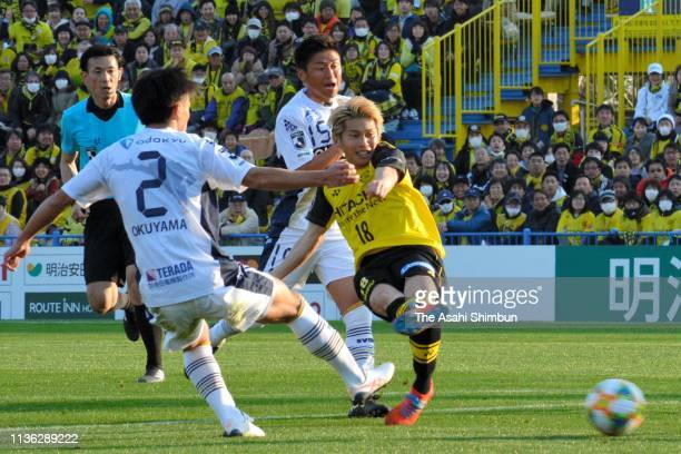 Yusuke Segawa of Kashiwa Reysol scores the opening goal during the JLeague J2 match between Kashiwa Reysol and Machida Zelvia at Sankyo Frontier...